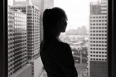 Japanerin stirbt nach Überstunden: Eine Frau an einem Bürofenster