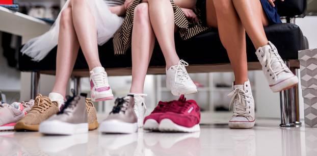 Frauen mit unterschiedlichen Sportschuhen