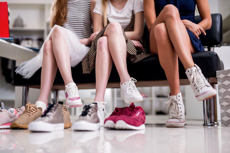 Gunstiger Shoppen So Sparst Du Geld Bei Schuhen Und Kleidung Brigitte De