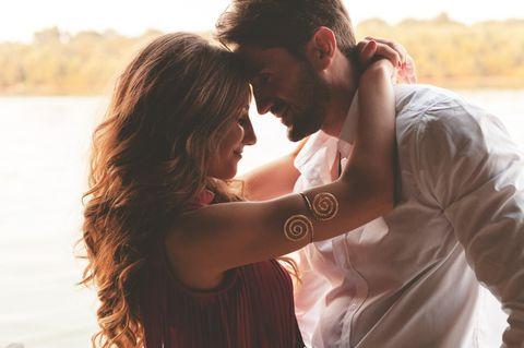 Beziehung retten: Paar umarmt sich