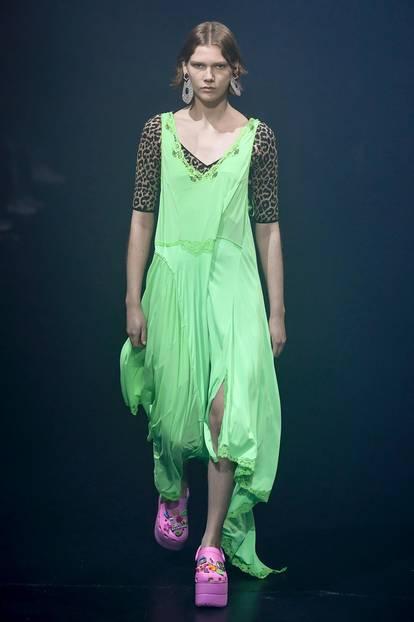 Merwürdiger Modetrend von Crocs und Balenciaga