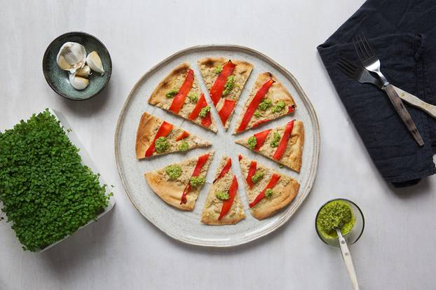 Fladenbrotpizza mit Cashew-Ricotta, Ofenpaprika und Rauke-Microgreens-Pesto