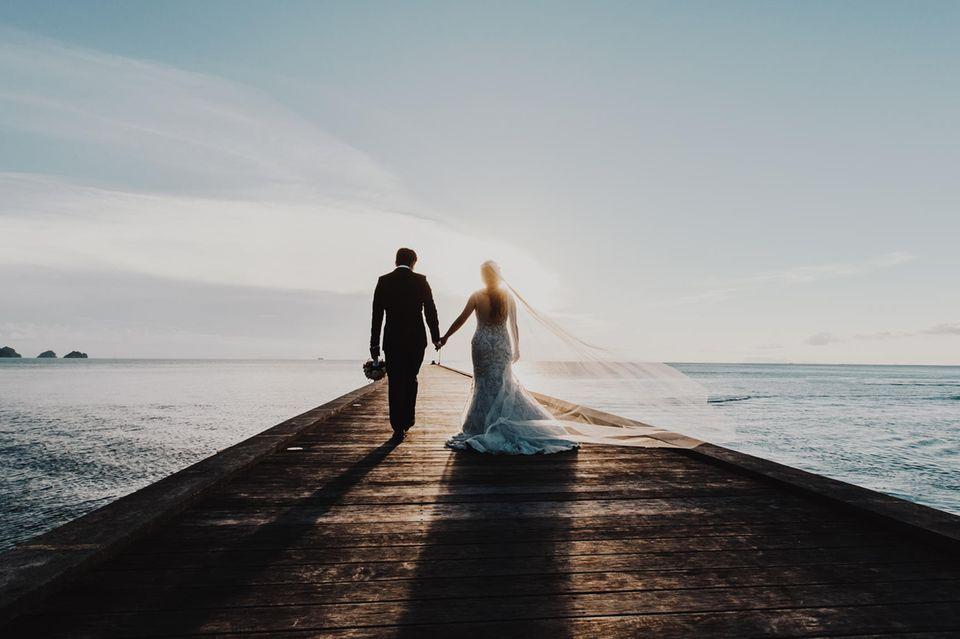 Wird die Ehe glücklich: Brautpaar am Meer