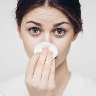 Frau mit Mitessern auf der Nase