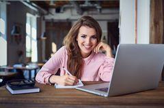 Mehr Glück bei der Arbeit - mit diesen 5 praktischen Tipps