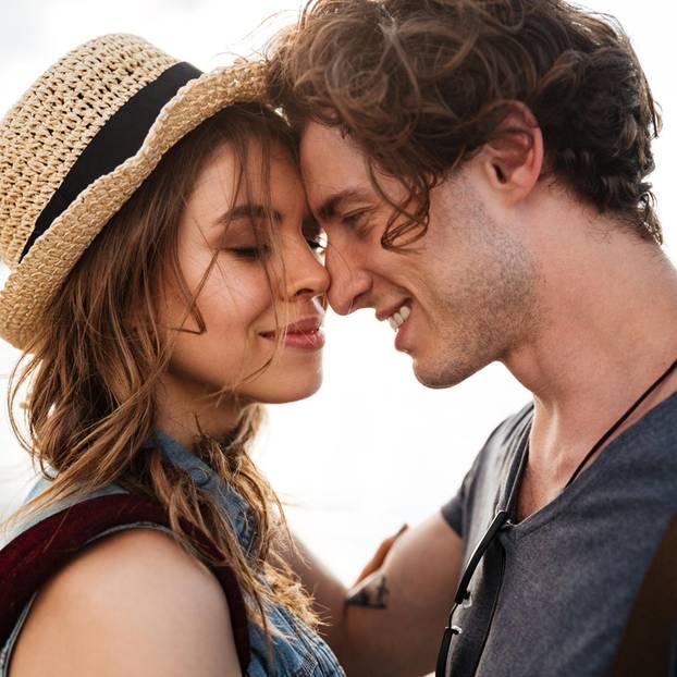 Paar kuschelt und erzähl: So haben wir unsere Beziehung gerettet