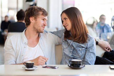 Übertreiben: Paar im Cafe