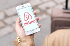 Das Logo von Airbnb auf einem Smartphone.