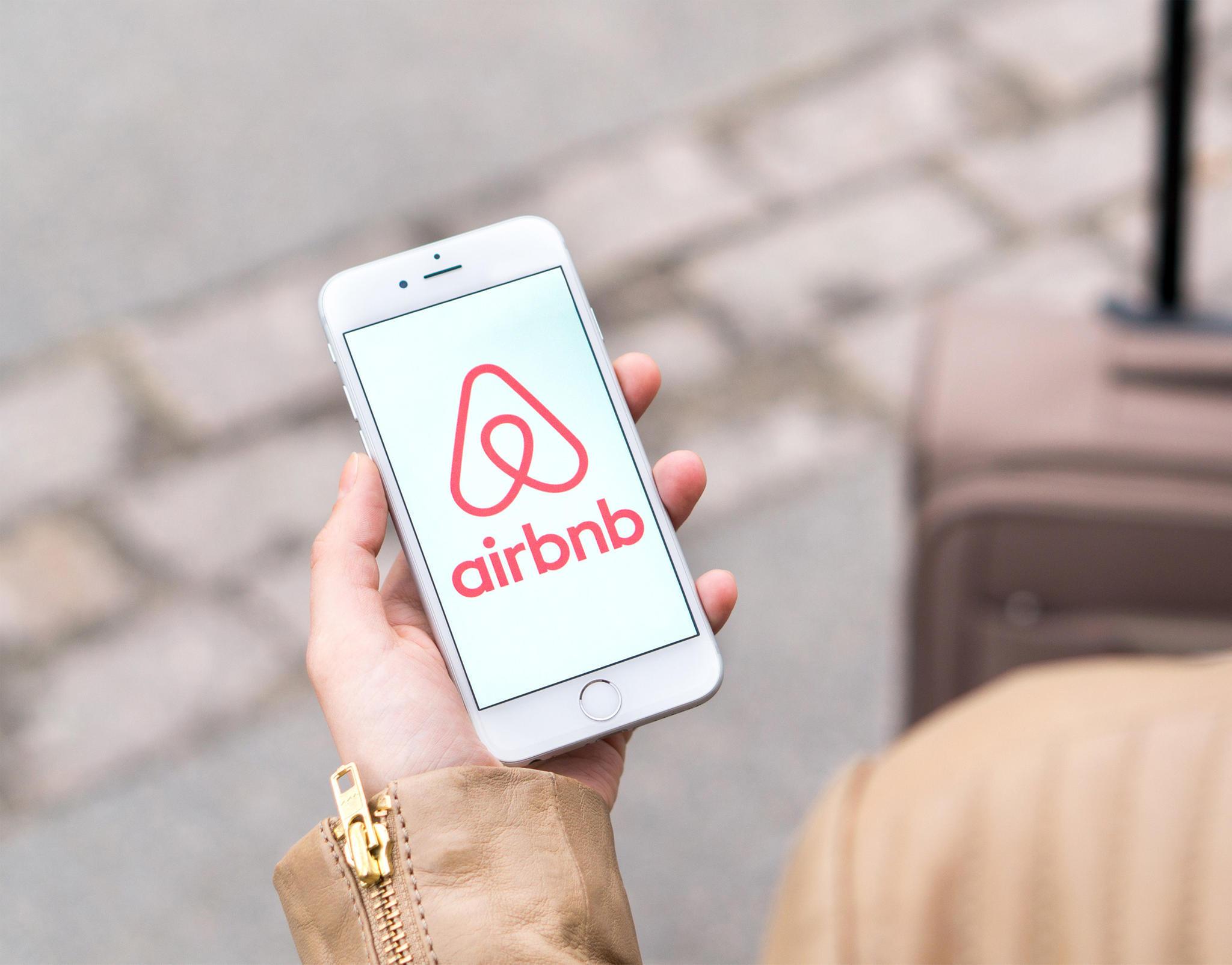 Airbnb: Vermieter filmt Gäste heimlich im Bett - Kamera im ...