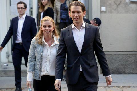 Österreichs bisheriger Außenminister Sebastian Kurz und seine Freundin Susanne Thier vor einem Wahllokal.