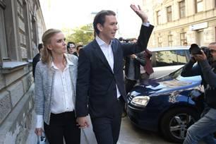Sebastian Kurz und Susanne Thier laufen Hand in Hand eine Straße entlang.
