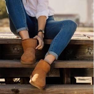 Frau mit klassischen Uggs und Jeans
