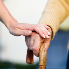 Pflegeversicherung: Hand von alter Dame