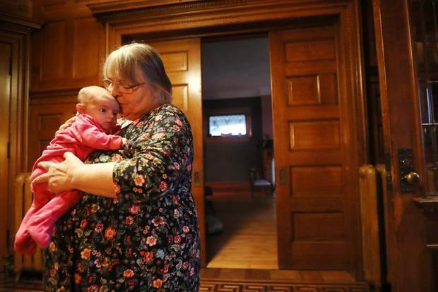 Großmutter Linda Boyle mit ihrer Enkelin Grace.