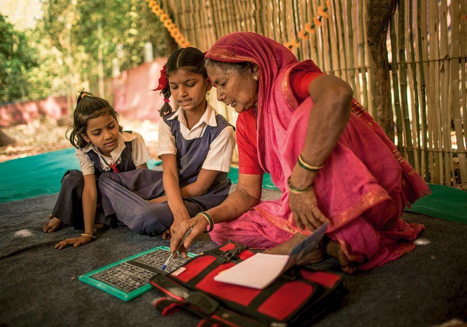 Nachhilfe: Viele ihrer Enkel und Urenkel helfen den Großmüttern bei den Lese- und Schreibübungen