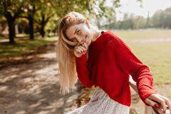 Frau mit Champagner blondem Haar