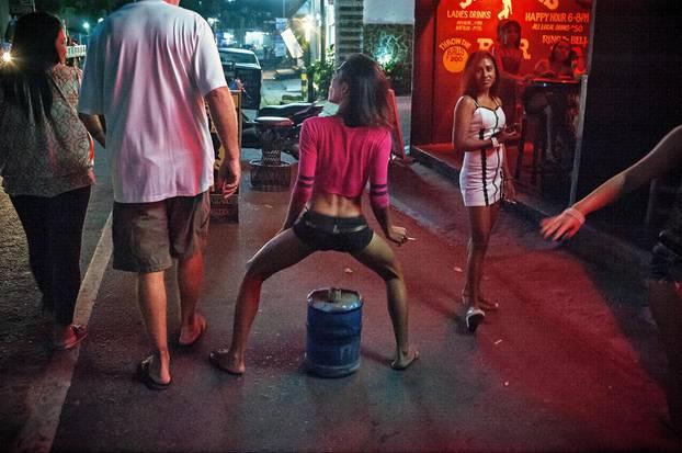 Tanzende Frau auf der Straße