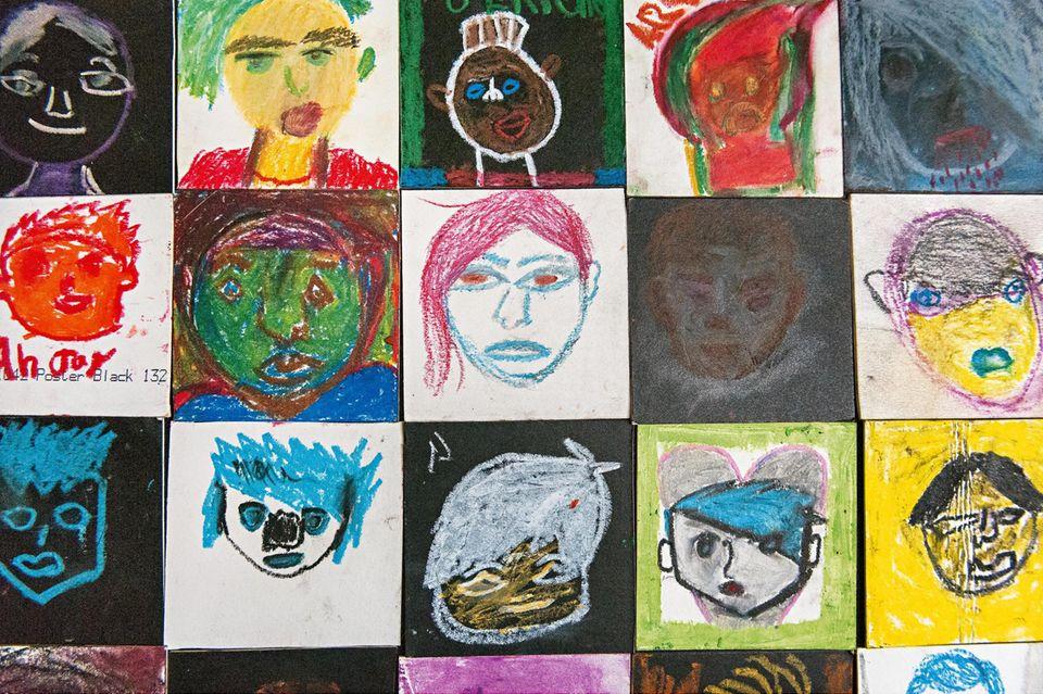 Von den Kindern gemalte Bilder ihrer Zuhälter