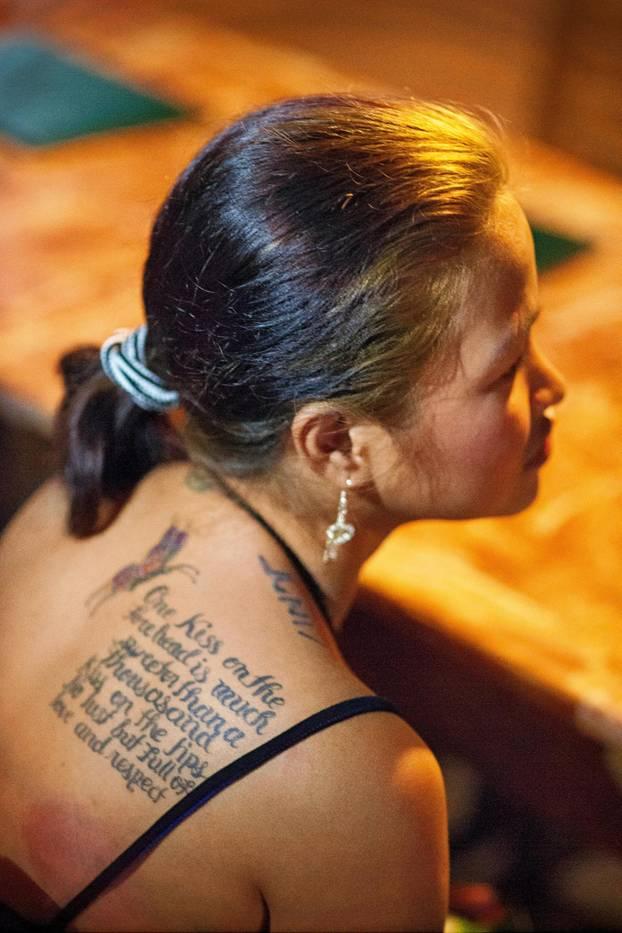 Frau mit einem Tattoo
