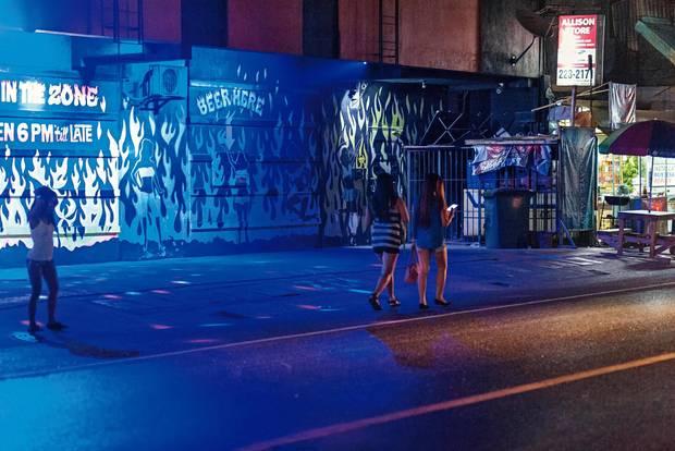 Mädchen auf dem Straßenstrich im Rotlichtviertel der Stadt Olongapo