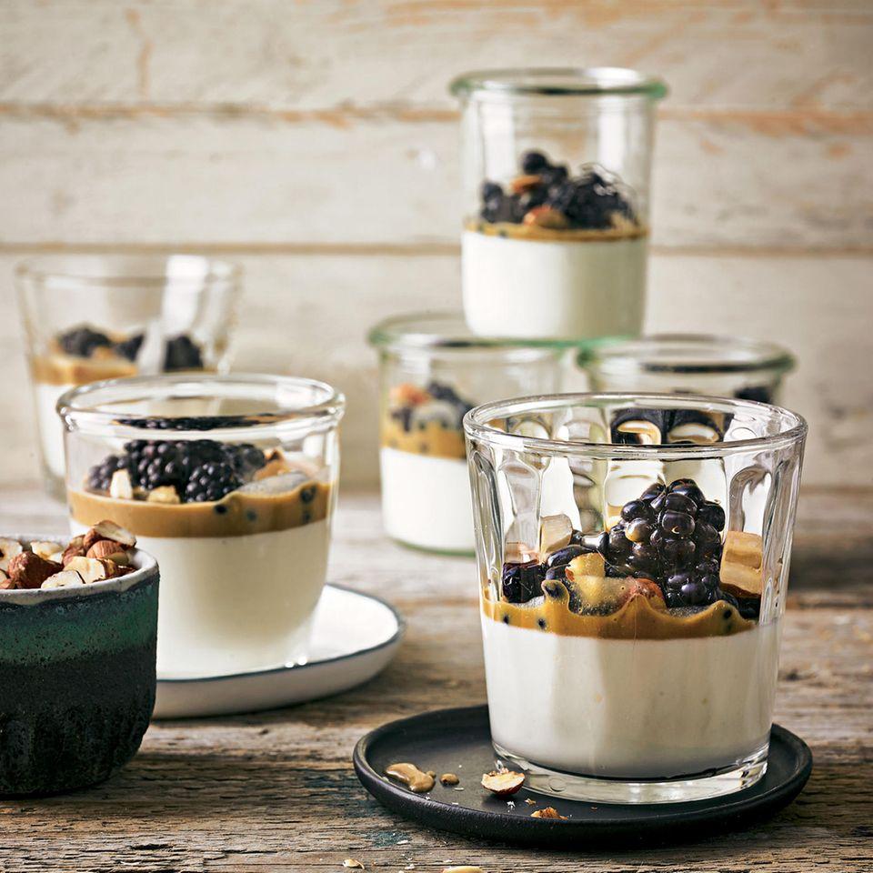 Joghurt-Mousse mit Butterscotch-Soße und Beeren