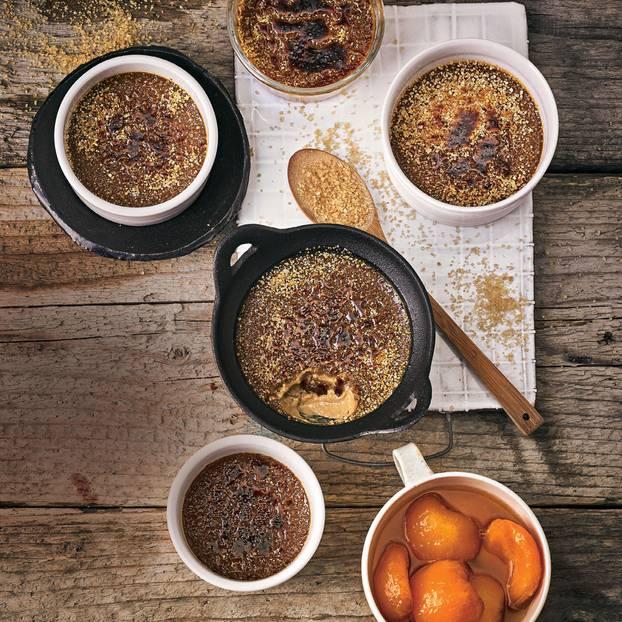 Kaffee-Crème-brulée mit Aprikosenkompott