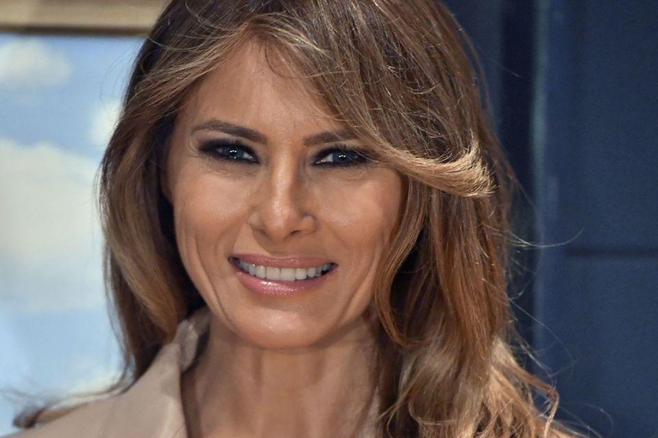 Melania Trump lächelt.
