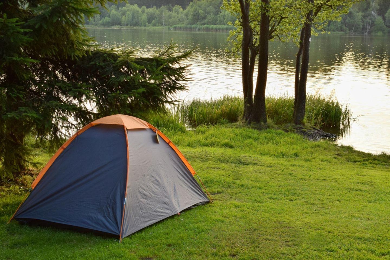 Ein Zelt vor einem See (Symbolfoto).