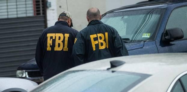 Zwei Männer in FBI-Jacken.