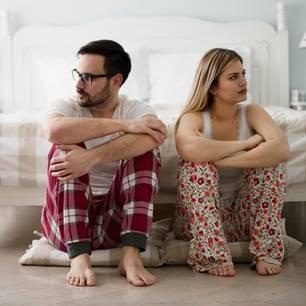 Was mich an meinem Partner nervt: Pärchen sitzt auf dem Boden