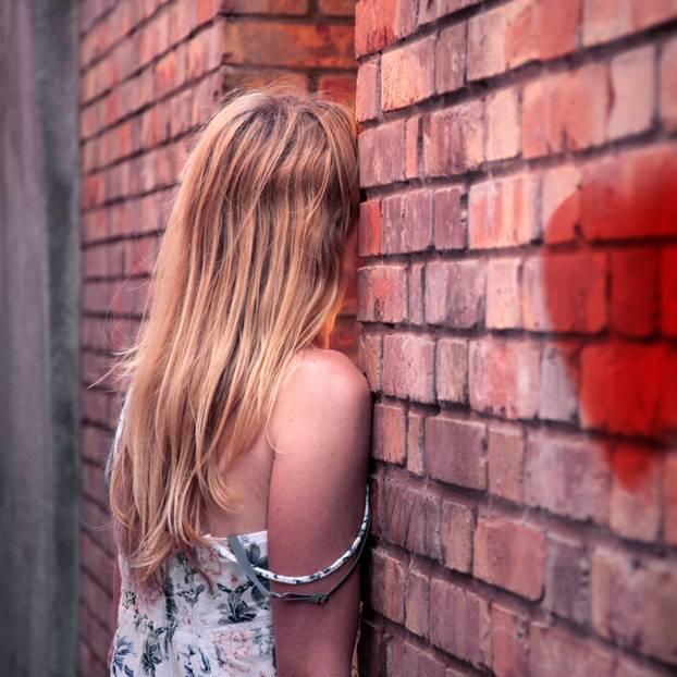 Broken Heart Syndrome: Frau an Wand