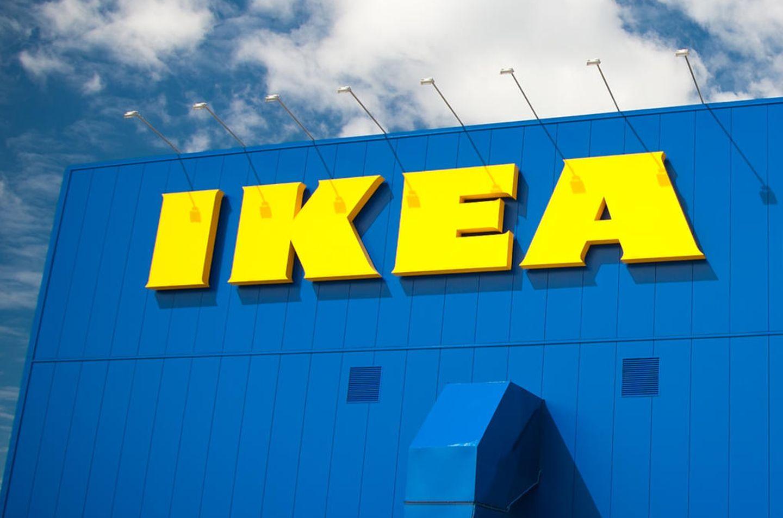 Ein IKEA-Schriftzug an einem Gebäude des Unternehmens.