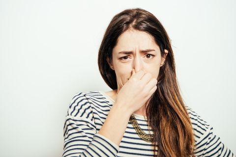 Was finden Frauen an Männern eklig: Frau hält sich Nase zu