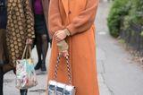 Streetstyle mit orangenem Mantel