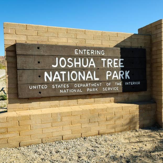 Ein Schild kennzeichnet die Grenze des Joshua Tree Nationalparks im Süden Kaliforniens.