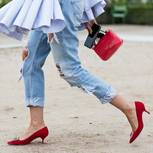 Gekrempelte Jeans an Frau