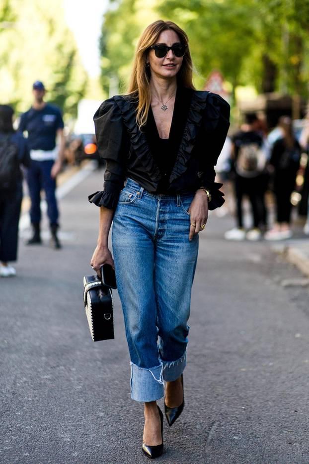 Jeans gekrempelt an einer Frau