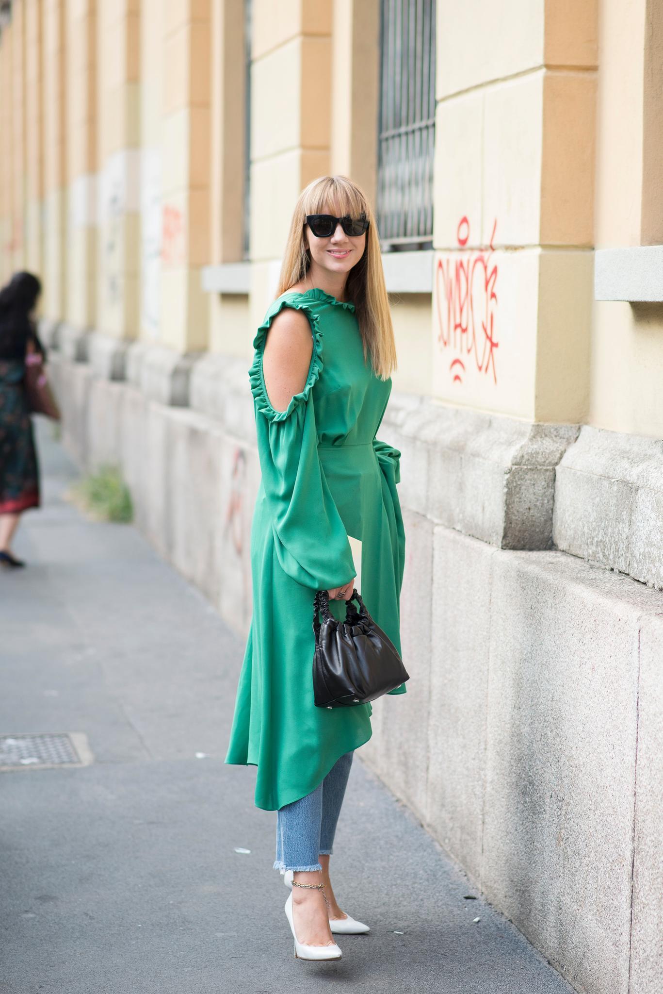 Kleid über Hose an Frau