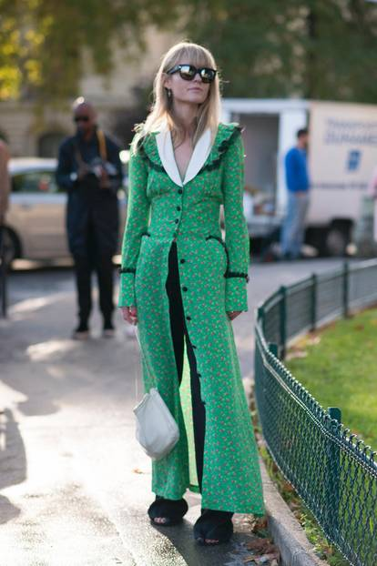 Kleid über Hose Trend an Frau