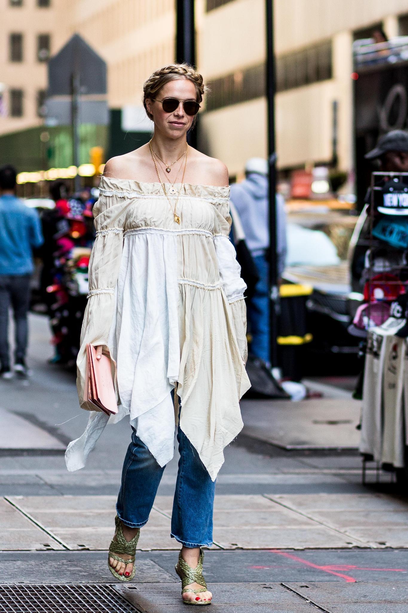 Hose über Kleid mit Carmenausschnitt an Frau