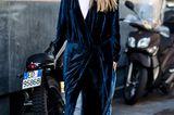 Kleid zum Wickeln über Hose an einer Frau