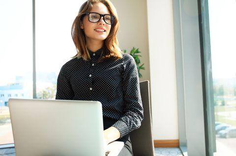 Aktien kaufen: Frau am Laptop