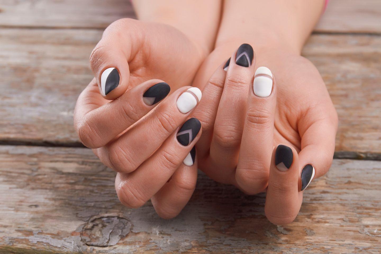 Frau mit matten Nägeln