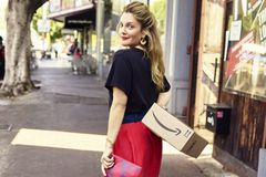 Drew Barrymore posiert für Amazon Fashion