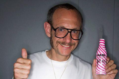 Starfotograf Terry Richardson zeigt einen Daumen.