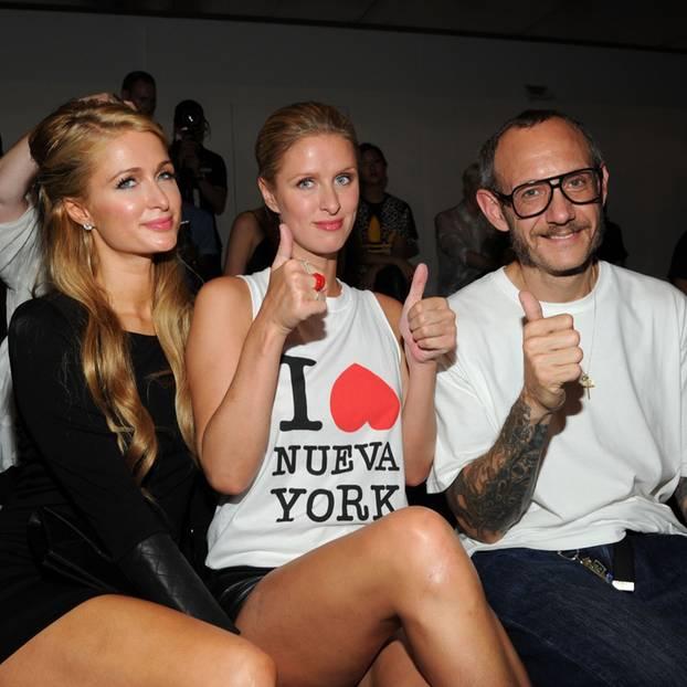 Ein Foto zeigt Paris Hilton, Nicky Hilton und Terry Richardson.