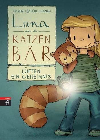 """""""Tuut, tuut"""" tönt es laut durch den Garten! Vor Schreck macht Karlo einen Riesensatz direkt auf Lunas Schulter. Auch Luna ist das Ganze nicht geheuer, denn das seltsame Geräusch, das wie ein alter Zug klingt, kommt eindeutig aus dem Schuppen und der sah immer schon mehr wie ein Hexen- als ein Gartenhaus aus! Als es auch noch anfängt zu Donnern, obwohl die Sonne scheint und keine Wolke am Himmel ist, sind Luna und Karlo sich einig: Im Schuppen haust ein Geist! Sie müssen all ihren Mut und die Taschenlampe zusammen nehmen, um der Sache auf den Grund zu gehen."""" (Random House)        Zugegeben, wer seinen Kleinen noch vorlesen muss, braucht bei den 'Luna und der Katzenbär'-Büchern einen langen Atem. Denn die Geschichten sind immerhin viele viele Seiten lang. Das macht aber gar nichts, denn dafür sind sie so hinreißend erzählt, dass sogar Erwachsene ins Schwärmen kommen. Bei 'Luna und der Katzenbär lüften ein Geheimnis' wird es diesmal spannend bei den beiden besten Freunden. Aber wie schon so viele Male vorher meistern sie auch diese Mission mit Bravour. Schön zu lesen und vor allem schön anzusehen, denn auch hier ist das Buch wieder voll von liebevollen Illustrationen, die Kinderaugen strahlen lassen.      Udo Weigelt & Joelle Tourlonias: """"Luna und der Katzenbär lüften ein Geheimnis',Verlagsgruppe Random House, 72 Seiten, 9,99 Euro"""