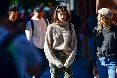 Kaia Gerber in Pullover von H&M