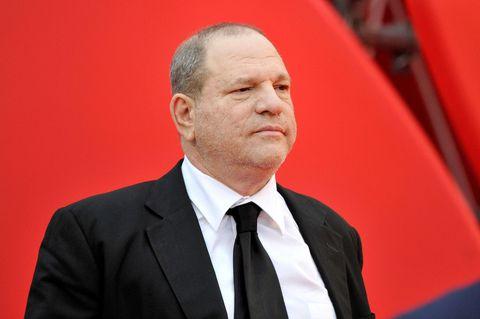Harvey Weinstein im Anzug vor einem roten Hintergrund