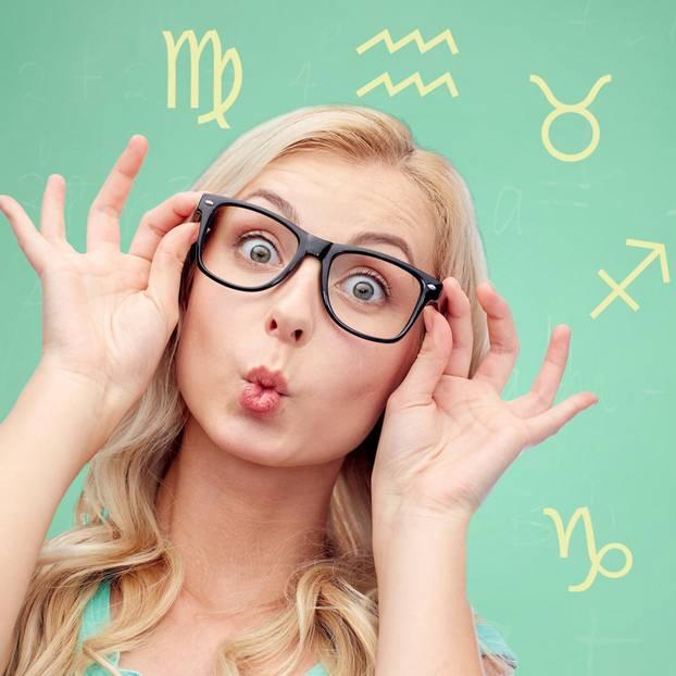 Womit nerven die Sternzeichen: Frau mit Brille